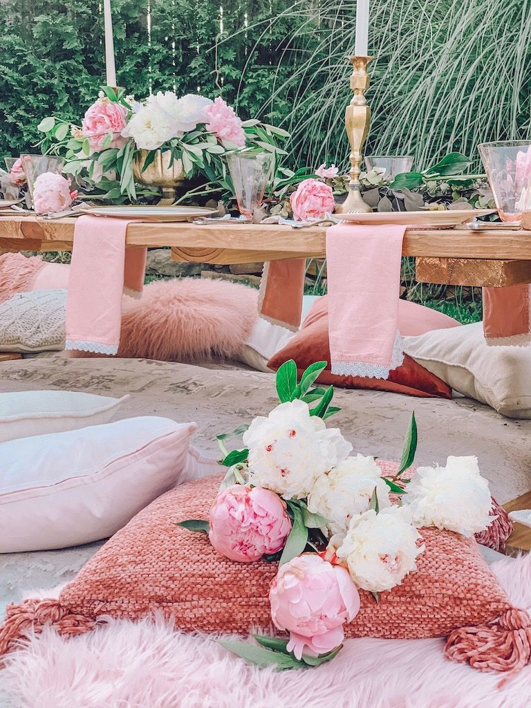 pink napkins in an outdoor summer tablescape